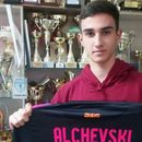 Нов талент потпиша професионален договор: Алчевски и Академија Пандев си подадоа рака