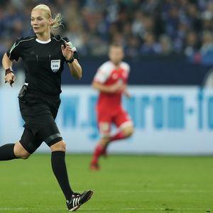 ZAVELA ČUVENOG KOLEGU, PA ISKULIRALA GVARDIOLU: Prva ŽENA, fudbalski sudija u Nemačkoj završava karijeru! VIDEO