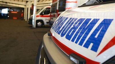SAOBRAĆAJNA NESREĆA NA VOŽDOVCU: Posle sudara dva automobila, jedan auto se zakucao u banderu