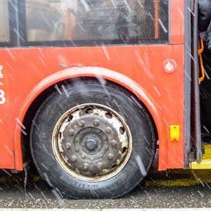 EVO ZAŠTO NE TREBA DA ZATVARATE KIŠOBRAN KAD ULAZITE U OVAJ AUTOBUS: Ovako izgleda vožnja javnim prevozom do Batajnice kada je napolju pljusak