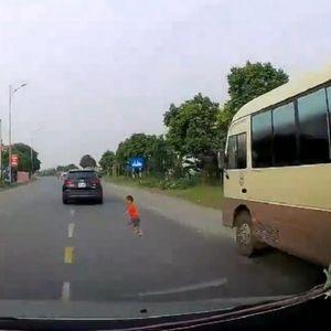DETE IZLETELO TAČNO PRED AUTOMOBIL! Reakcija vozača ostaviće vas bez reči!