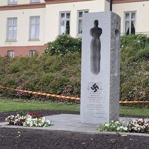 SKANDAL NA GODIŠNJICU KRVAVOG NAPADA: Spomenik žrtvama Andersa Brejvika išaran kukastim krstom