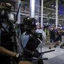 VELIKI NEREDI NA AERODROMU U HONGKONGU: Policija razbijala barikade i biber-sprejem nasrnula na demonstrante