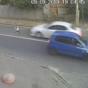 RANAC MU SPASAO ŽIVOT!? Automobil naleteo na školarca, a on ustao kao da se ništa nije desilo!