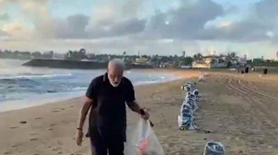 PREMIJER ZASUKAO RUKAVE: Modi skupljao đubre po indijskim plažama i poslao važnu poruku!