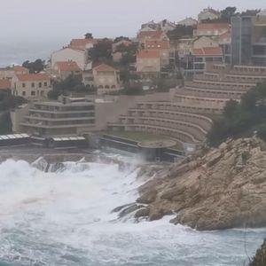 VIŠI OD ZIDINA: U Dubrovniku besneli talasi od rekordnih 11 metara!