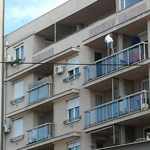 TOTALNO LUDILO! Policajac preskočio balkon i sa bakom gledao SEBE NA VESTIMA: Reakcija starice će vas SLEDITI