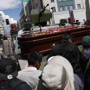 SUZAVCEM NA POGREBNU POVORKU: Policija rasterala ljude koji su sahranjivali petoro poginulih u protestima