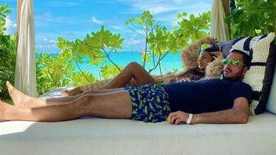 SVE PUCA OD STRASTI NA RAJSKOM OSTRVU Ovo je slika RAZMENE NEŽNOSTI Viktora Troickog i njegove supruge sa Maldiva