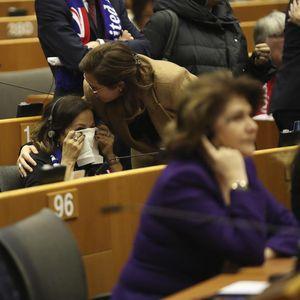 TO JE KRAJ! PARLAMENT EU POTVRDIO BREGZIT: Poslanici plakali i pevali oproštajne pesme