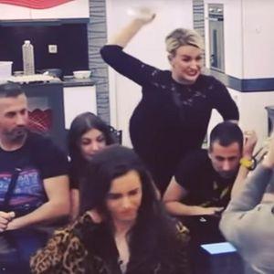 KRVNIČKI GA POGODILA FLAŠOM U GLAVU! Ermina BESNA nasrnula na Mensura Ajdarpešića uživo u emisiji, obezbeđenje!