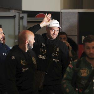 LUDNICA! Navijači dočekali Fjurija na aerodromu u Mančesteru