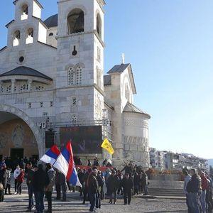 UŽIVO SVETA ARHIJEREJSKA LITURGIJA I LITIJA U PODGORICI: Vernici se okupljaju se ispred Hrama Hristovog Vaskrsenja FOTO