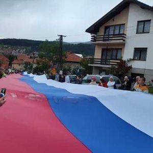 PLJEVLJACI POVELI PRAVU BITKU ZASTAVAMA: Crnogorska obeležja menjaju našim trobojkama! Čak i kuće farbaju u boje srpske zastave!