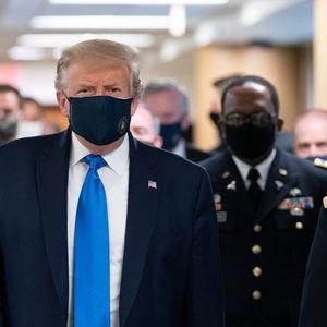 TRAMP PO PRVI PUT U JAVNOSTI SA ZAŠTITNOM MASKOM: Posetio vojnu bolnicu u Vašingtonu, pa OVO poručio novinarima (VIDEO)