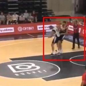 BRUTALAN NOKAUT NA PARKETU! Potez koji je ZAPREPASTIO planetu: Slavni košarkaš prišao rivalu s leđa i MUČKI GA UDARIO