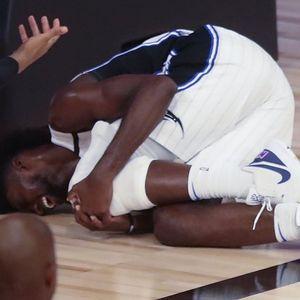 ODBIO JE DA KLEČI TOKOM HIMNE, A ONDA SU GA SA TERENA IZVELI U INVALIDSKIM KOLICIMA! Jeziva povreda NBA zvezde