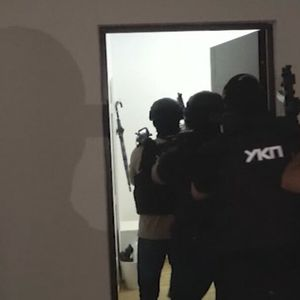 POGLEDAJTE ZAJEDNIČKU AKCIJU BEOGRADSKE I NOVOSADSKE POLICIJE Upadali u iznajmljene stanove, 6 uhapšeno, evo zašto VIDEO