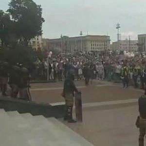BELORUSKA POLICIJA SPUSTILA ŠTITOVE, GRAĐANI IM POTRČALI U ZAGRLJAJ: Hiljade se okupile i traže Lukašenkovu ostavku
