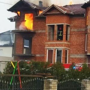 STRAŠAN POŽAR U LESKOVCU: Dvospratna kuća cela izgorela za pola sata, vatrogasci bili bespomoćni