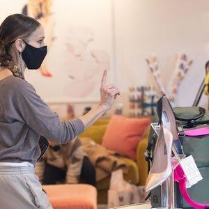 MODNE BLOGERKE ODUŠEVLJENE: Sara Džesika Parker se pojavila u TOP odevnoj kombinaciji! Iskombinovala NESPOJIVO!