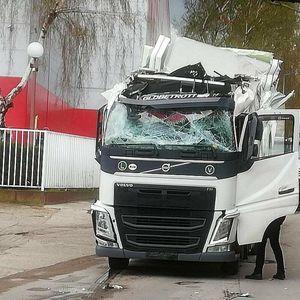 HAOS U CENTRU SUBOTICE: Ponovo se kamion zaglavio ispod podvožnjaka! Vozača stranca izvlačili vatrogasci i policija FOTO