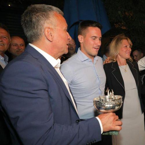 ŠAMPION ROLAN GAROSA OBUČEN U BELO SA PEHAROM U RUCI: Novak stigao na slavlje! Dočekali ga VATROMET I TRUBAČI VIDEO