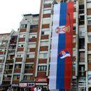 NAJVEĆA SRPSKA TROBOJKA VIJORI SE U KOSOVSKOJ MITROVICI: Sve spremno za proslavu Dana srpskog jedinstva!