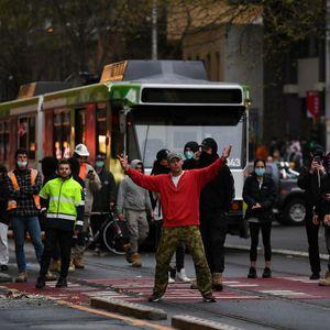 PROTESTI U MELBURNU: Policajci u džipovima beže od besnih demonstranata koji se protive vakcinaciji i kovid merama