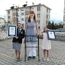ONA JE NAJVIŠA ŽENA NA SVETU: Turkinja Rumejsa Gelgi je sa 2,15 metara ponovo dostigla Ginisov rekord! FOTO