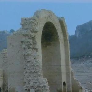 SRPSKA SVETINJA IZRANJA IZ JEZERA U HRVATSKOJ: Zidine potopljenog manastira Dragović iz 14.veka pojavile se zbog niskog vodostaja!