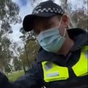 AUSTRALIJSKA POLICIJA PRETERALA U parku proveravali ima li čovek koji ne nosi masku kafe u šolji! Društvene mreže se usijale VIDEO