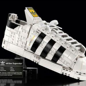"""Лего коцките ќе се користат за производство на еден од најпопуларните модели на патики – """"Adidas Superstar"""""""