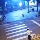 Пешак поминува булевар зјапајќи во телефонот