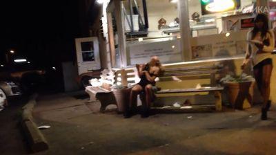 Девојката јаде пица на парче после јака журка