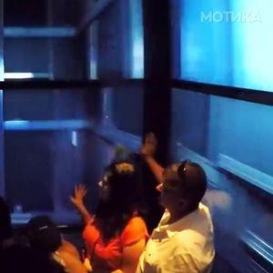 Спуштањето со лифт од највисоката зграда во САД е прилично страшно искуство, особено ако се плашите од височина