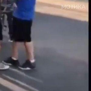 Најголемиот тепач во маалото му удри бокс на мирното дете и…