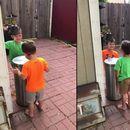 Децата си најдоа многу забавна и смешна играчка