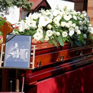 Тозовац погребан во ист гроб со Цуне Гојковиќ и актерот Бата Живојиновиќ