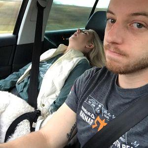Сопругот направил компилација од забавни фотографии од патувањата со неговата жена