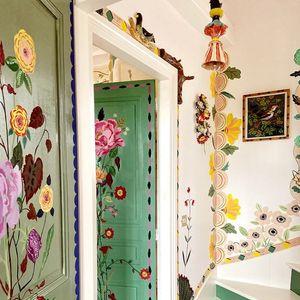 Уметница заглавена во карантин го користи своето слободно време да наслика цвеќиња низ целата нејзината куќа