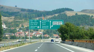Автомобил излета на патот Велес-Скопје, тешко повредена жена