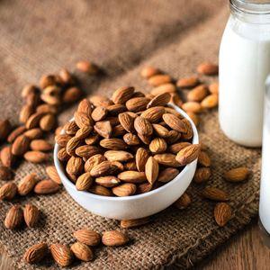 Шест научно докажани здравствени придобивки од бадемовото млеко