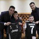 Буфон и Роналдо израдуваа две деца што се спасија од земјотресот во Албанија