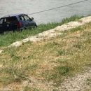 Извлечен автомобил од водите на Вардар, не се знае како паднал во реката