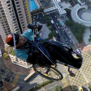 Кинез во инвалидска количка се искачил на облакoдер
