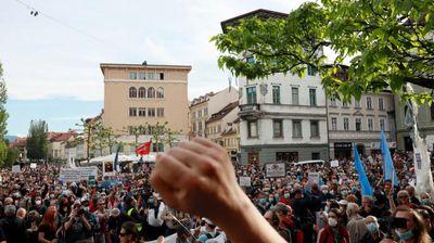 Водени топови, хеликоптери – нови протести против корона-мерките во Љубљана