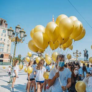 Стотици златни балони пуштени во Скопје за поддршка на децата со малигни заболувања