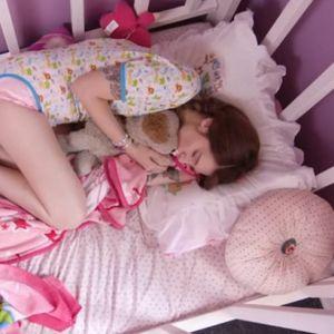 Ona ima bizarni poremećaj: Živi kao beba, spava u kolevci, sisa prst, menja pelene, a ima 25 godina?!