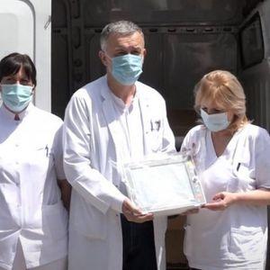 """NAŠI HEROJI: Fondacije """"Novak Đoković"""" i """"Delije Sever"""" donirale tri respiratora i 14 monitora za KBC u Severnoj Mitrovici"""